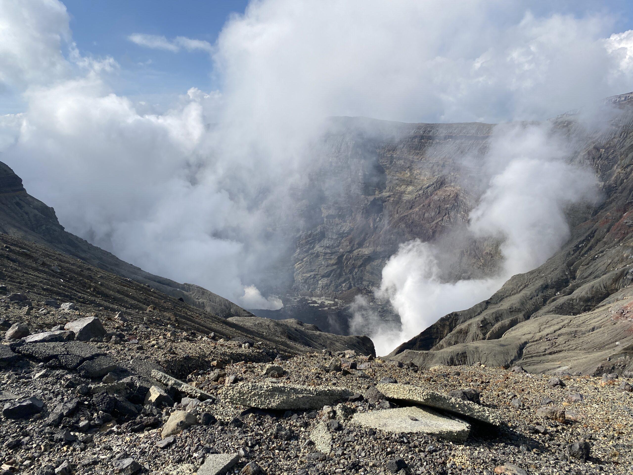 阿蘇山の火口へ